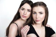 Jeunes et belles soeurs dans l'amitié, partageant la joie, confiance, l Image libre de droits