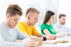 Jeunes et futés étudiants apprenant dans une salle de classe Image stock