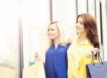 Jeunes et heureuses femmes avec des paniers dans la ville Image libre de droits