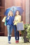 Jeunes et heureuses femmes avec des paniers dans la ville Images libres de droits