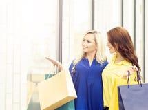 Jeunes et heureuses femmes avec des paniers dans la ville Photo stock
