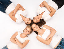 Jeunes et heureux adolescents traînant ensemble Images stock