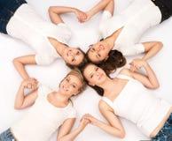 Jeunes et heureux adolescents traînant ensemble Photographie stock libre de droits