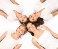 Jeunes et heureux adolescents traînant ensemble Photographie stock