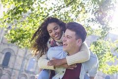 Jeunes et heureux amants photo libre de droits