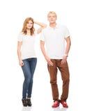 Jeunes et heureux couples adolescents dans des vêtements élégants sur le blanc Photo stock