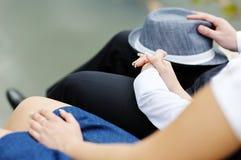 Couples affectueux tenant des mains Photos libres de droits