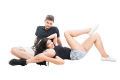 Jeunes et heureux couples décontractés se reposant sur le plancher blanc Photo stock