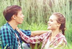 Jeunes et heureux couples embrassant en parc Amour, relations, Roma Photos stock
