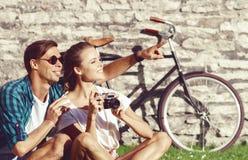 Jeunes et heureux couples refroidissant en parc Amour, relations, ROM Images stock