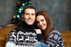 Jeunes et heureux couples sur un fond de Noël Photographie stock libre de droits