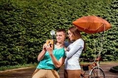 Jeunes et joyeux couples ayant l'amusement et photographiant avec le vieux pH Photos libres de droits