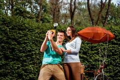 Jeunes et joyeux couples ayant l'amusement et photographiant avec le vieux pH Photo libre de droits