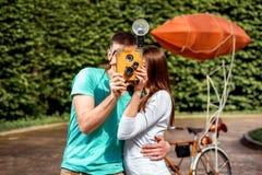 Jeunes et joyeux couples ayant l'amusement et photographiant avec le vieux pH Photographie stock libre de droits