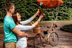 Jeunes et joyeux couples ayant l'amusement et photographiant avec le vieux pH Image libre de droits