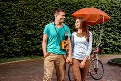 Jeunes et joyeux couples marchant avec le vieil appareil-photo de photo dans le pair Images libres de droits