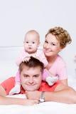 Jeunes et joyeux heureux de famille Photos libres de droits