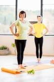Jeunes et plus âgées femmes faisant le yoga photo stock