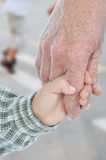 Jeunes et vieilles mains, extérieures images stock