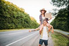 Jeunes faisant de l'auto-stop des ajouter au carton vide Photos libres de droits
