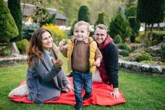 Jeunes famille, mère de père et fils heureux sur le pique-nique dehors Photo libre de droits