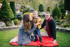 Jeunes famille, mère de père et fils heureux sur le pique-nique dehors Photos libres de droits
