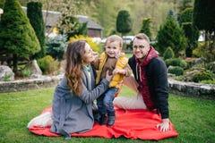 Jeunes famille, mère de père et fils heureux sur le pique-nique dehors Photos stock