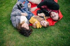 Jeunes famille, mère de père et fils heureux sur le pique-nique dehors Photographie stock