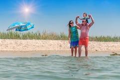 Jeunes familly sur la plage Photographie stock libre de droits
