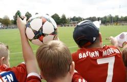 Jeunes fans à un stage de formation de FC Bavière Muenchen Image libre de droits