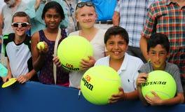 Jeunes fans de tennis attendant des autographes chez Billie Jean King National Tennis Center Image stock