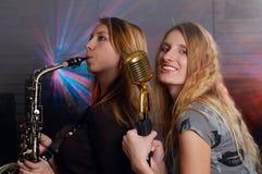 Jeunes femelles avec le microphone photos stock