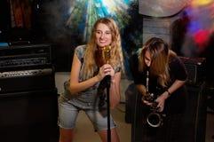 Jeunes femelles avec le microphone photographie stock
