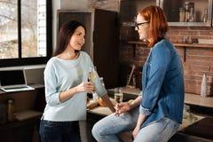 Jeunes femelles heureuses buvant du champagne Image libre de droits