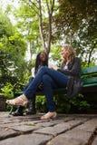 Jeunes femelles parlant entre eux en stationnement Photo libre de droits