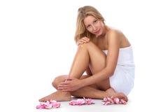 Jeunes, femme caucasien blond s'asseyant à la station thermale Photo libre de droits