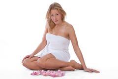 Jeunes, femme caucasien blond s'asseyant à la station thermale Photo stock