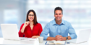 Jeunes femme et homme d'affaires d'affaires avec l'ordinateur portable Images stock
