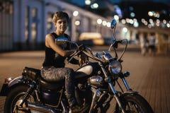 Jeunes femme et moto mignonnes de brune sur la rue d'Odessa photographie stock