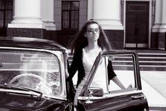 Jeunes femmes à côté du rétro véhicule Photo stock