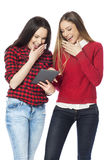 Jeunes femmes à l'aide du comprimé numérique Image libre de droits