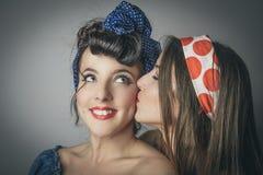 Jeunes femmes à la mode ayant le baiser amical Photo libre de droits