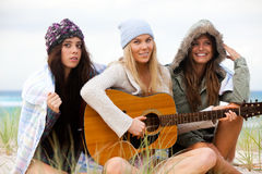 Jeunes femmes à la plage avec une guitare Photo libre de droits