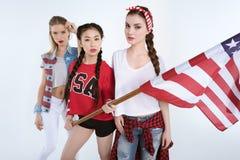 Jeunes femmes élégantes posant avec le drapeau américain dans des mains Photos libres de droits