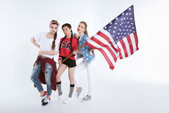 Jeunes femmes élégantes posant avec le drapeau américain dans des mains Photographie stock