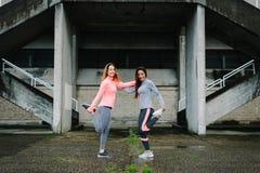 Jeunes femmes étirant des jambes avant le fonctionnement Photographie stock