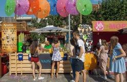Jeunes femmes achetant les boissons et la nourriture au café automatique extérieur Photo stock