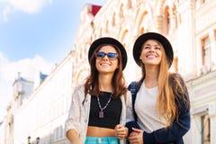Jeunes femmes admirant les attractions guidées Photos libres de droits