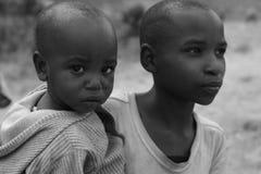 Jeunes femmes africains avec les enfants noirs Images libres de droits