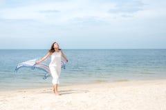 Jeunes femmes aisan de liberté sautant et heureuses sur la plage de suumer Course et vacances photos stock